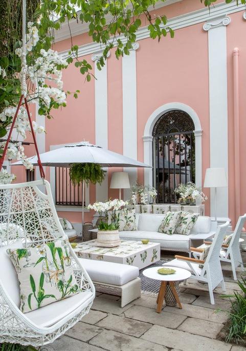 Que delícia o Estar do Jardim por Bebel Niemeyer e Maria Pia Marcondes Ferraz. Uma sala em meio à natureza. Essa é a proposta do espaço que aproveita o recanto sob uma deslumbrante árvore.